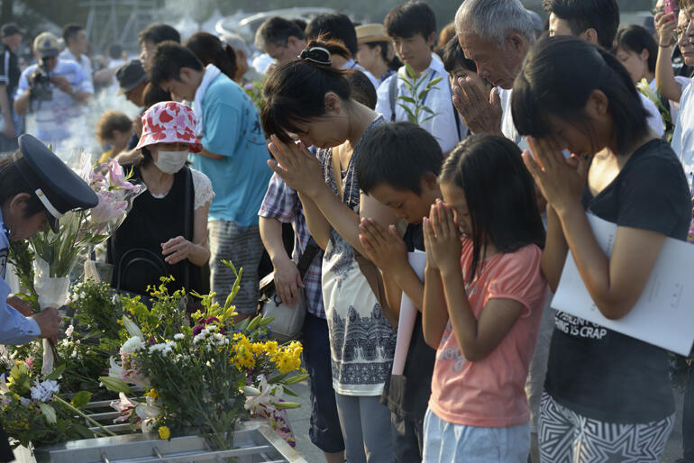 Japanese students pray in Hiroshima near the epicentre of the nuclear bomb that killed thousands on 6 August 1945. Photo: WCC/Paul Jeffrey.